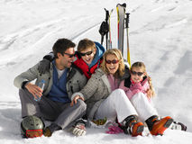 Giovane famiglia sulla vacanza del pattino Fotografie Stock