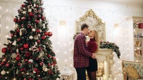 Giovane famiglia vicino all'albero di Natale stock footage
