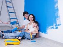 Giovane famiglia vicino alla parete verniciata Immagini Stock Libere da Diritti