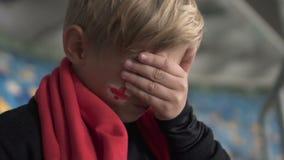 Giovane fan inglese che grida dopo la perdita della partita, campionato di calcio, delusione video d archivio