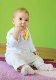 Giovane fare da baby-sitter sveglio sul pavimento Fotografia Stock Libera da Diritti