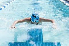 Giovane farfalla femminile di nuoto Immagine Stock