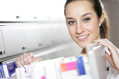 Giovane farmacista femminile Fotografia Stock