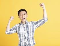 Giovane felice che celebra vittoria fotografie stock