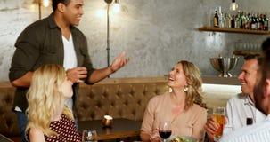 Giovane felice che parla con suoi amici mentre tostando vetro 4K 4k stock footage