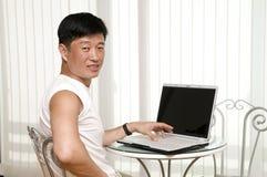 Giovane felice con il computer portatile Immagine Stock