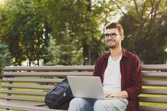 Giovane felice con il computer portatile all'aperto Fotografie Stock