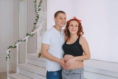 Giovane felice e giovane bella una donna, guardante al lato In attesa del bambino Donna dai capelli rossi incinta Immagini Stock Libere da Diritti