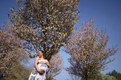 Giovane felice presto da essere mamma della madre - la giovane donna incinta del viaggiatore gode del suo tempo libero di svago i immagine stock