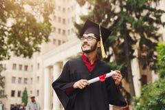 Giovane felice sul suo giorno di laurea Immagini Stock Libere da Diritti