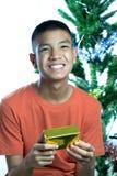 Giovane felice teenager asiatico di ottenere il regalo di Natale Fotografie Stock Libere da Diritti