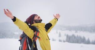 Giovane felice turistico carismatico ed impressionato per ammirare tutta la bellezza intorno, è nella cima della montagna stock footage