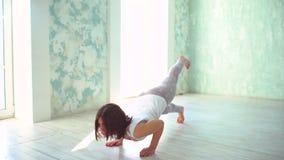 Giovane femmina adulta che fa yoga a casa Forma fisica, sport e concetto sano di stile di vita archivi video