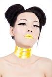 Giovane femmina asiatica con trucco giallo immagini stock