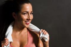 Giovane femmina attraente che prende una rottura dall'allenamento della palestra Immagine Stock