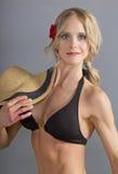 Giovane femmina bionda attraente in una parte superiore di bikini Immagini Stock Libere da Diritti