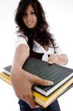 Giovane femmina che mostra i suoi libri Immagine Stock