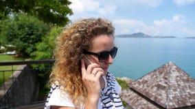 Giovane femmina che rivolge al telefono cellulare al stock footage