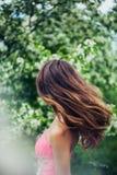 Giovane femmina con bei capelli lunghi nel moto Immagini Stock Libere da Diritti