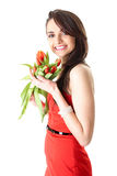 Giovane femmina con i fiori rossi del tulipano, isolati fotografia stock