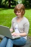 Giovane femmina con il computer portatile Immagini Stock Libere da Diritti