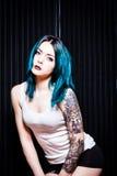 Giovane femmina con lo sguardo alternativo irritabile Fotografie Stock Libere da Diritti