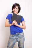 Giovane femmina con un lettore del ebook Fotografie Stock