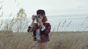 Giovane femmina d'avanguardia con la collana con la pietra preziosa arancio stock footage