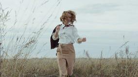 Giovane femmina d'avanguardia con la collana con la pietra preziosa arancio video d archivio