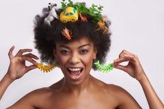 Giovane femmina etnica allegra nello stile dispari immagini stock libere da diritti
