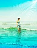 Giovane femmina sexy che propone sulla spiaggia Immagini Stock