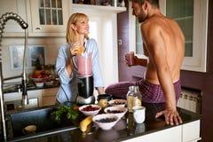 Giovane femmina sveglia con maschio in cucina fotografia stock