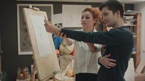 A giovane femminile del pittore insegnando a come disegnare fronte classico Fotografia Stock Libera da Diritti