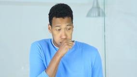 Giovane ferita afroamericana malata di tosse, di tosse e della gola dell'uomo immagine stock