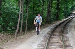 Giovane in ferrovia vicina Fotografia Stock