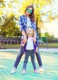 Giovane figlia felice del bambino e della madre divertendosi insieme Fotografia Stock Libera da Diritti