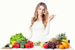 Giovane fine attraente dell'insalata di cibo della donna su immagini stock libere da diritti