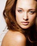 Giovane fine castana dolce della donna su su fondo bianco, fronte puro perfetto di freschezza del innocense, sanità della stazion Fotografie Stock