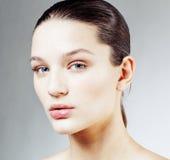Giovane fine castana dolce della donna su isolata su fondo bianco, fronte puro perfetto di freschezza del innocense, sanità della Fotografie Stock