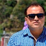 Giovane fine indiana dell'uomo su, pelle e vetri di sole giusti di buio al sole luminoso di estate del battito Fotografie Stock