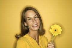 Giovane fiore caucasico della holding della donna. Fotografia Stock Libera da Diritti