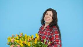 Giovane fiorista femminile con i tulipani gialli video d archivio