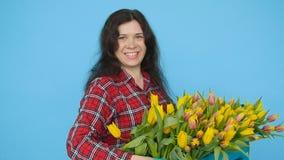 Giovane fiorista femminile con i tulipani gialli archivi video