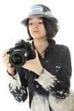 Giovane fotografo che controlla le regolazioni della macchina fotografica immagini stock libere da diritti