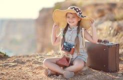 Giovane fotografo con un grande cappello su una roccia Immagini Stock Libere da Diritti