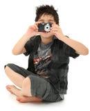 Giovane fotografo del bambino del ragazzo con la macchina fotografica di Digitahi immagine stock libera da diritti