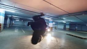 Giovane freerunner alla moda dell'uomo che esegue un verticale, elementi acrobatici del parkour, movimento lento stock footage