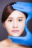 Giovane fronte asiatico attraente della donna Immagini Stock