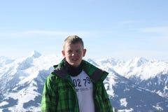 Giovane fronte bello dell'uomo Zell vede, località di soggiorno di corsa con gli sci in alpi Fotografia Stock
