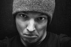 Giovane fronte caucasico aggressivo dell'uomo fotografia stock
